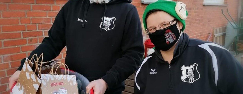 Jugendtrainer unterstützen den Weihnachtsmann